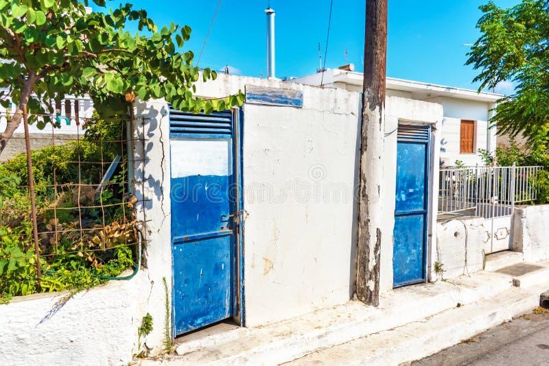 Vecchie toilette chiuse della via in villaggio greco sull'isola di Rhodes Rhodes, Grecia immagini stock libere da diritti
