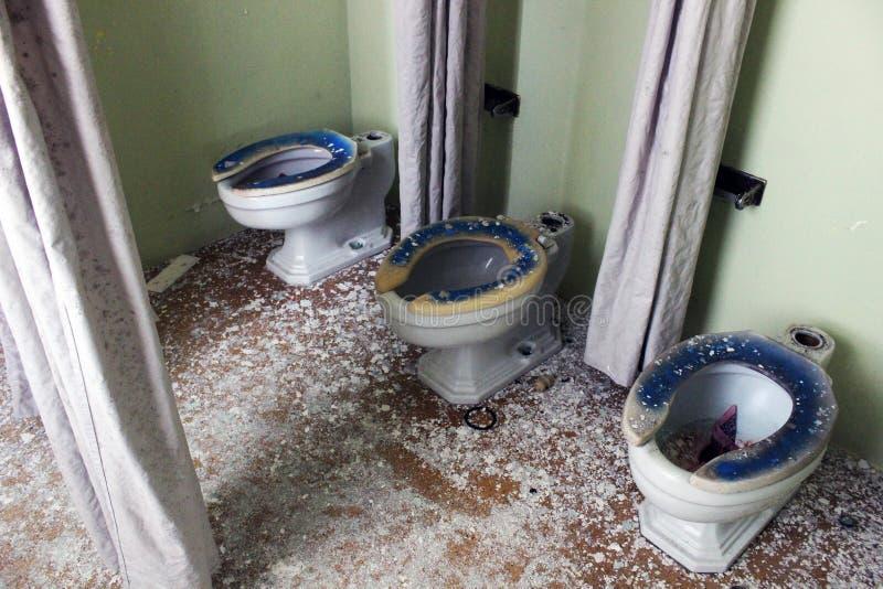 Vecchie toilette nella costruzione abbandonata dell'ospedale fotografia stock