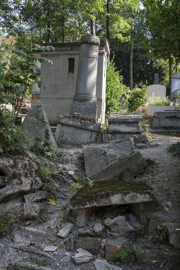 Vecchie tombe rovinate fotografie stock