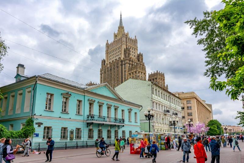 Vecchie via di Arbat e costruzione di ministero degli affari esteri, Mosca, Russia fotografie stock libere da diritti
