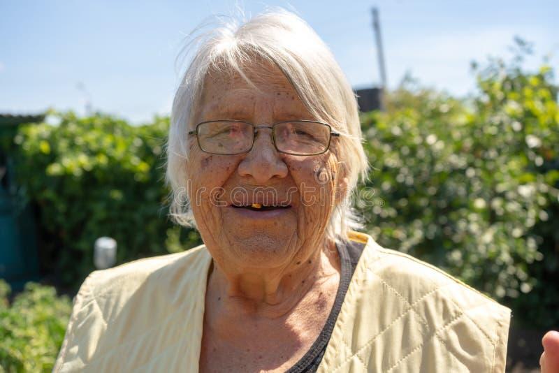 Vecchietta Nel Cortile Di Casa, Anziana Donna Sorridente ...