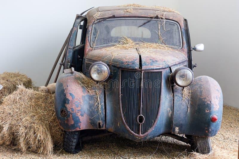 Vecchio abbandonato ha demolito l'automobile arrugginita fotografia stock