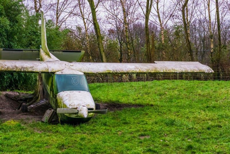 Vecchio aeroplano d'annata utilizzato come decorazione, vecchio veicolo del trasporto di aria fotografia stock
