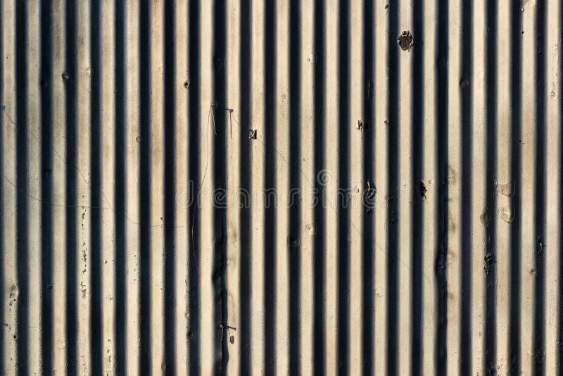 Vecchio afflitto dipinto ha scheggiato la parete bianca con le linee immagine stock libera da diritti