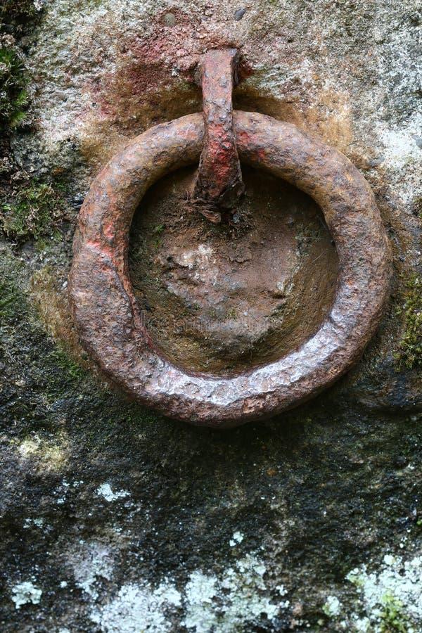 Vecchio anello arrugginito del ferro per afferrare immagini stock