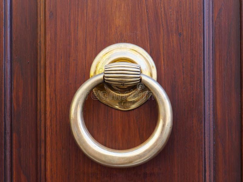 Vecchio anello del battitore di ottone immagini stock libere da diritti
