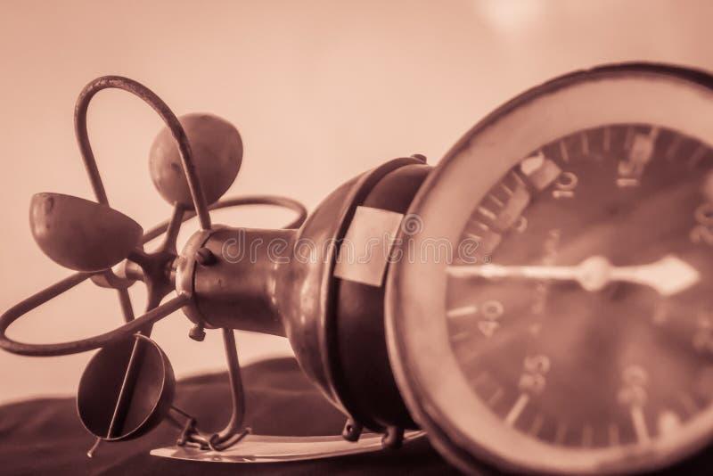 Vecchio anemometro di tazza emisferico d'annata, un dispositivo utilizzato per i meas immagini stock