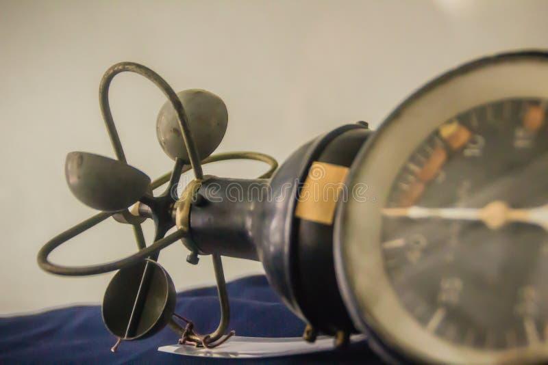 Vecchio anemometro di tazza emisferico d'annata, un dispositivo utilizzato per i meas fotografia stock
