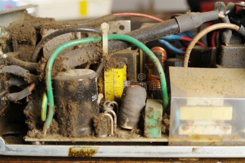 Vecchio apparecchio elettronico polveroso dentro immagine stock libera da diritti