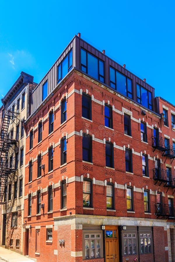 Vecchio appartamento del mattone in Windows blu fotografie stock libere da diritti
