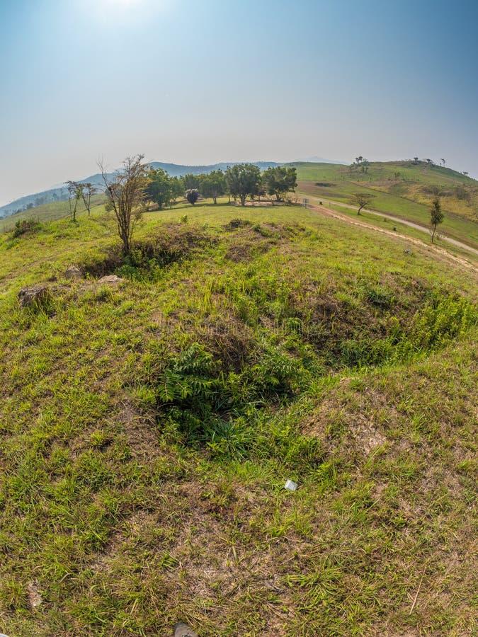 Vecchio appostamento a buca dalla guerra del vietnam Plateau di Xiangkhoang, Laos fotografia stock libera da diritti