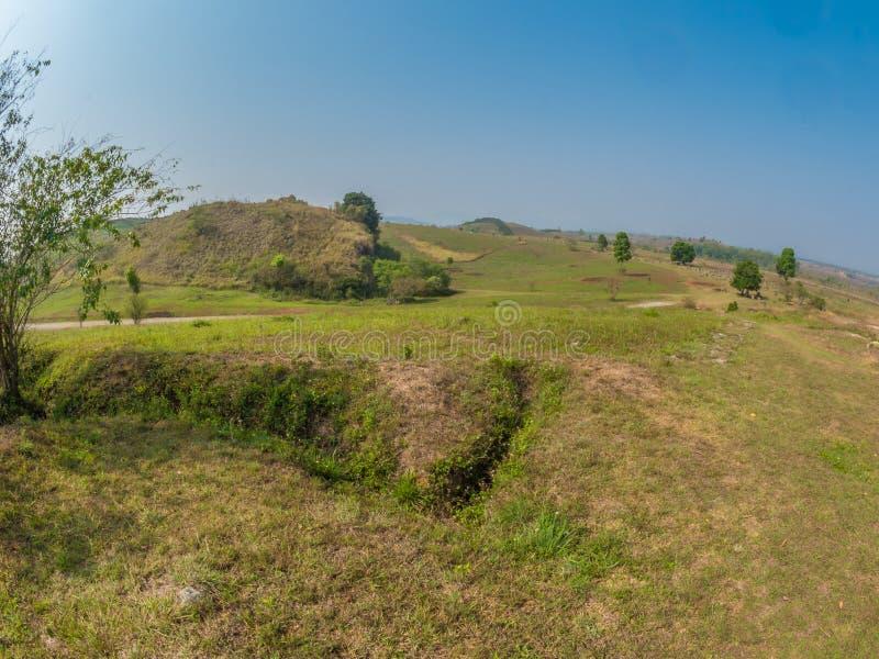 Vecchio appostamento a buca dalla guerra del vietnam Plateau di Xiangkhoang, Laos immagini stock libere da diritti