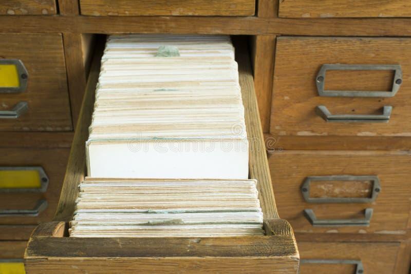 Vecchio archivio con i cassetti fotografia stock
