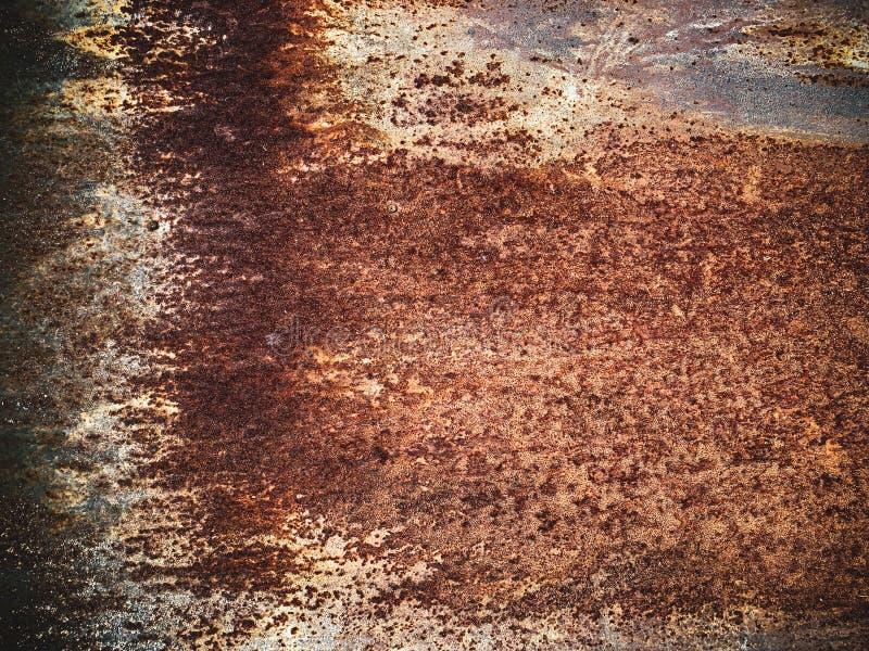 Vecchio arrugginimento con la pelatura del fondo in bianco del progettista del metallo della pittura fotografia stock
