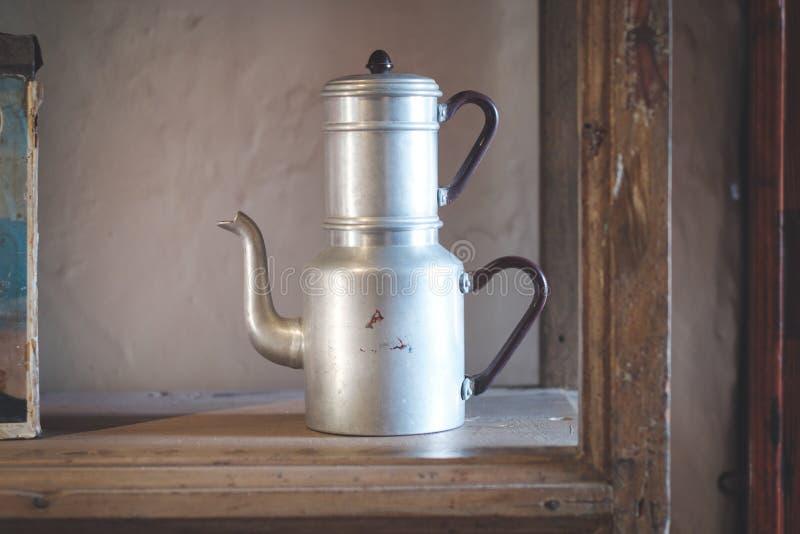 Vecchio articolo da cucina della doppia di tè del bollitore annata del vaso, fotografia stock