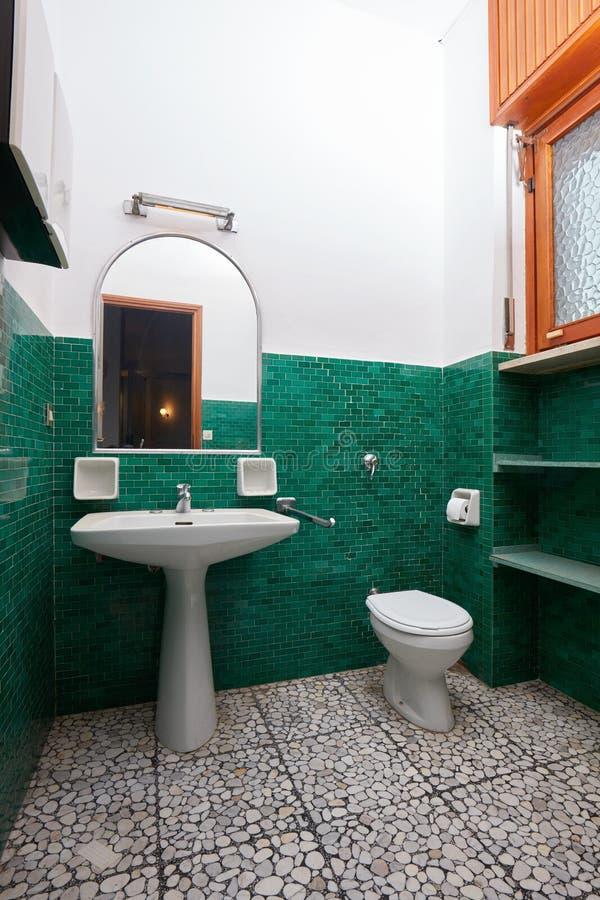 Vecchio bagno con le mattonelle verdi nell'interno dell'appartamento immagine stock libera da diritti