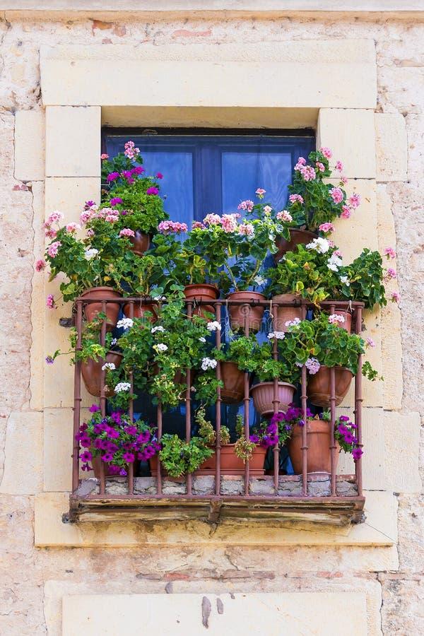 Vecchio balcone decorato con i fiori fotografia stock