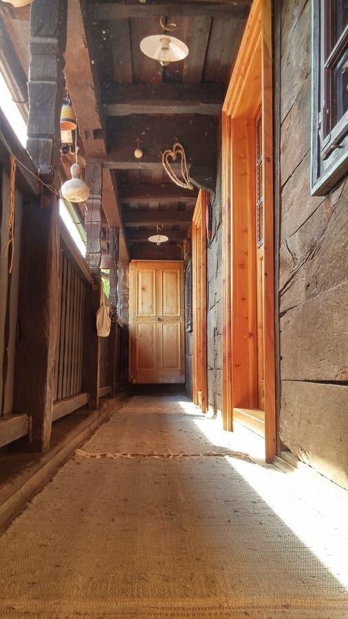 Vecchio balcone di legno della casa fotografia stock libera da diritti
