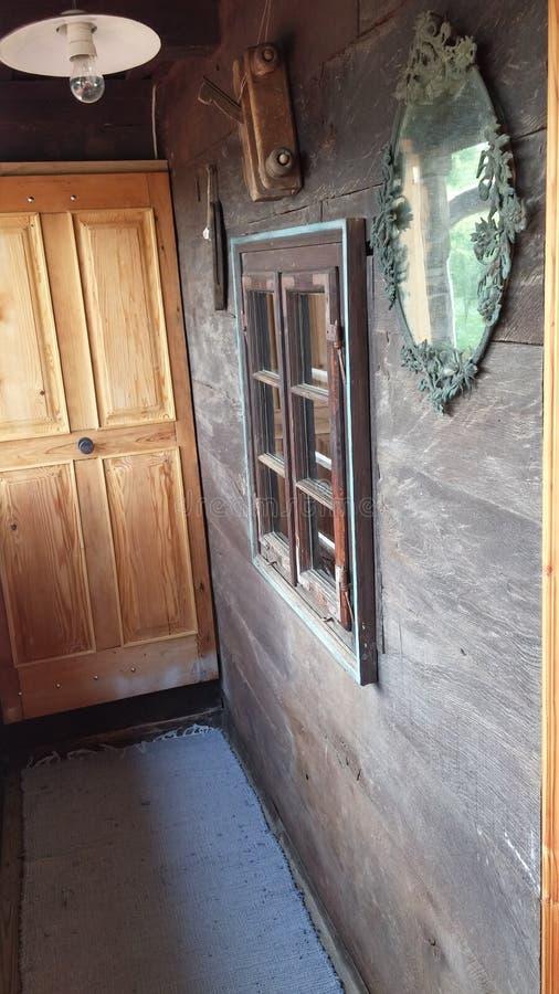 Vecchio balcone di legno della casa immagini stock