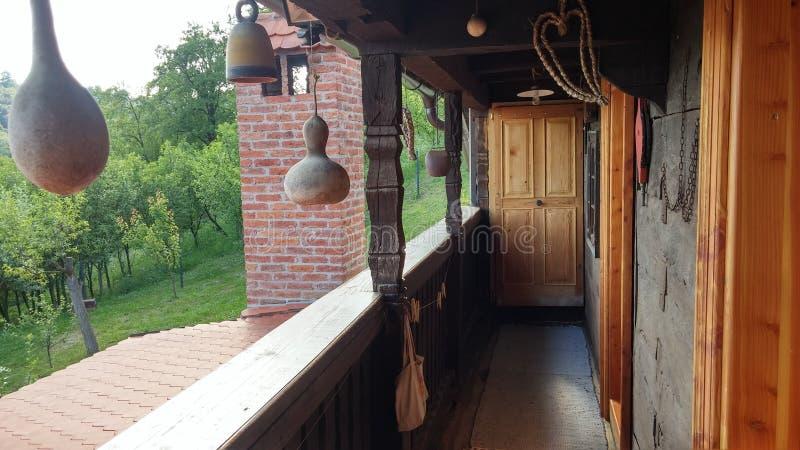 Vecchio balcone di legno della casa fotografia stock
