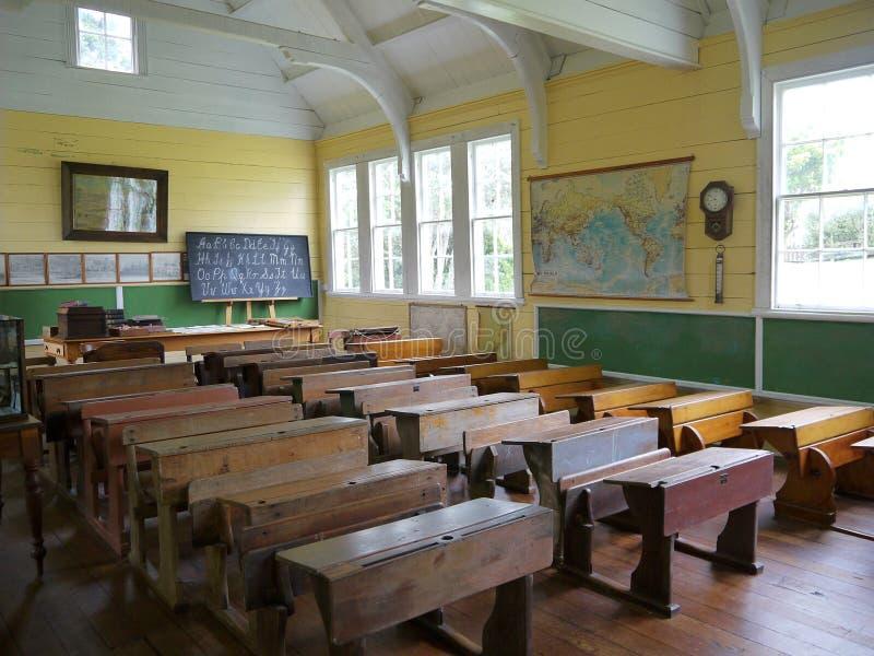 Vecchio banco: aula con gli scrittori - h fotografia stock
