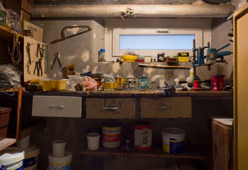 Tavolo Da Lavoro Per Garage : Vecchio banco da lavoro sporco del garage immagine stock