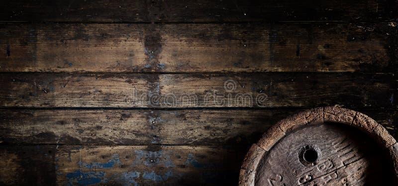 Vecchio barilotto di birra della quercia su una vecchia insegna di parete di legno immagini stock libere da diritti
