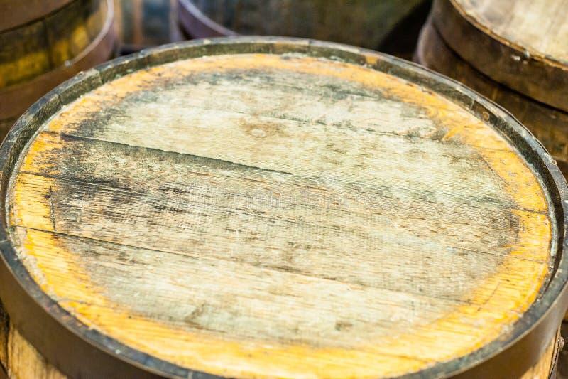 Vecchio barilotto per il vino o la birra del whiskey del whiskey in rivista fotografia stock libera da diritti