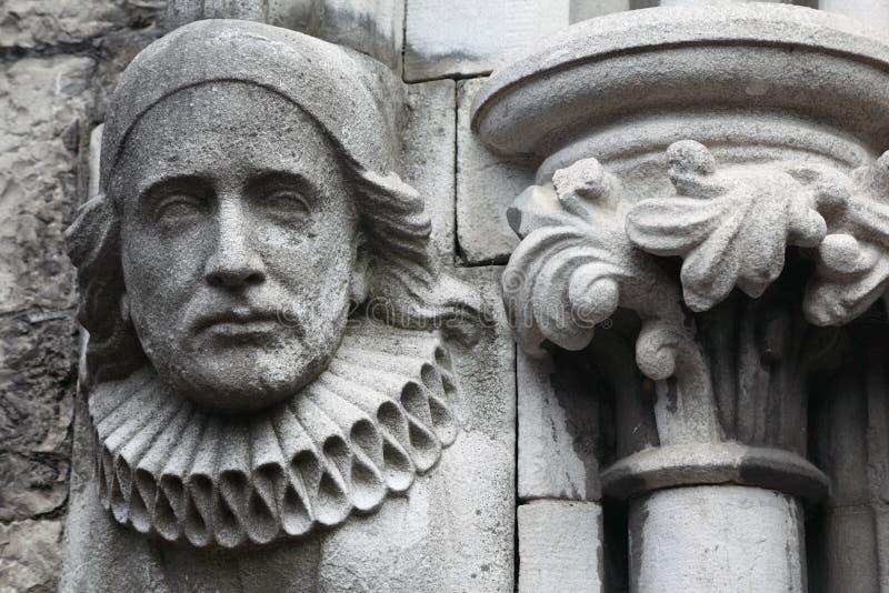 Vecchio bas-relief fatto della pietra in chiesa cristiana immagini stock