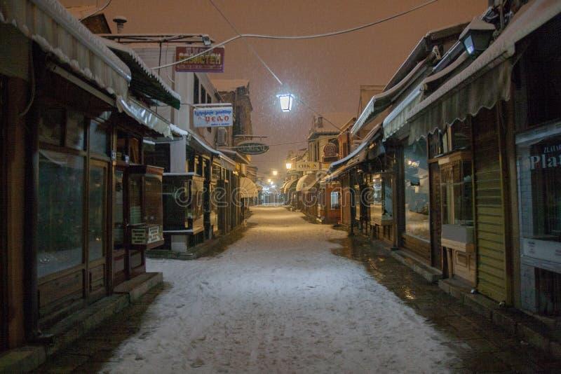 Vecchio bazar di Skopje nella neve fotografie stock libere da diritti