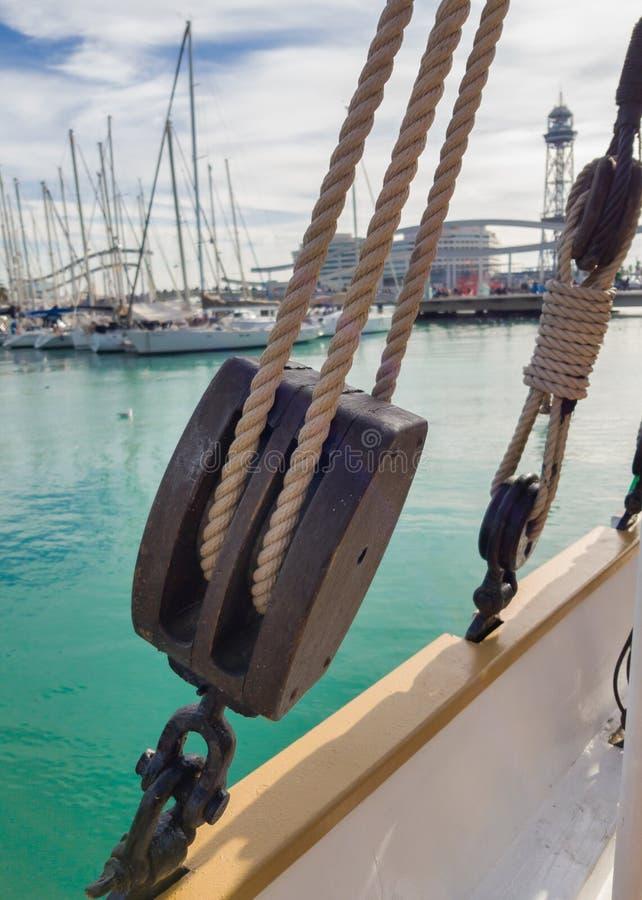 Vecchio blocco di legno a bordo della goletta di navigazione immagini stock