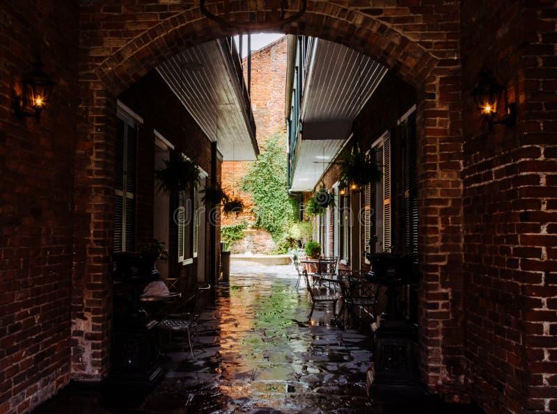 Vecchio caffè pittoresco della via L'incanto del quartiere francese a New Orleans, U.S.A. immagine stock libera da diritti