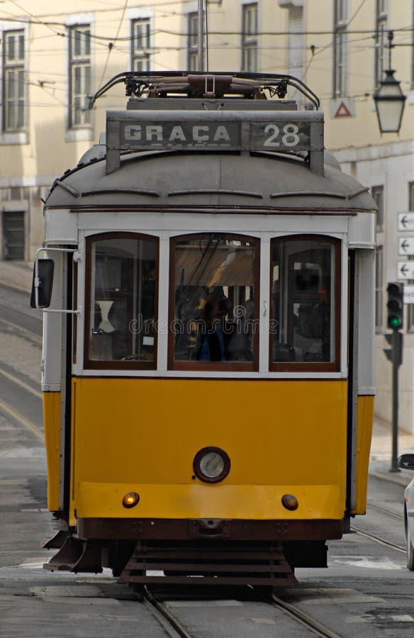 Vecchio calibratore per allineamento in una via di Lisbona. immagine stock