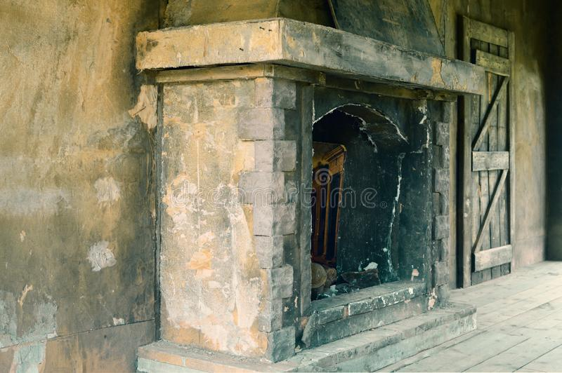 Vecchio camino di pietra gettato per un fuoco immagine stock