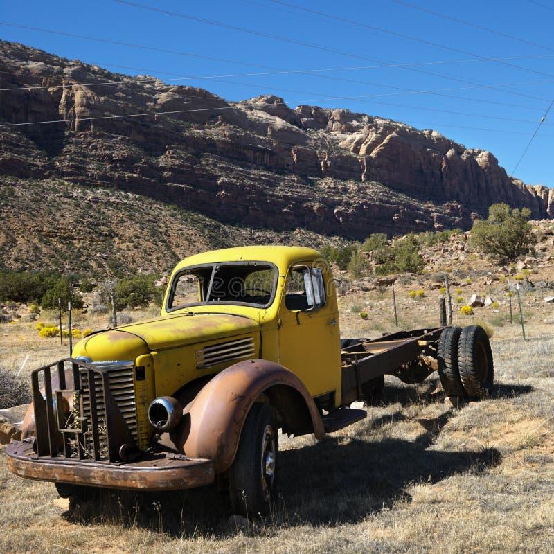 Vecchio camion abbandonato in deserto. immagine stock