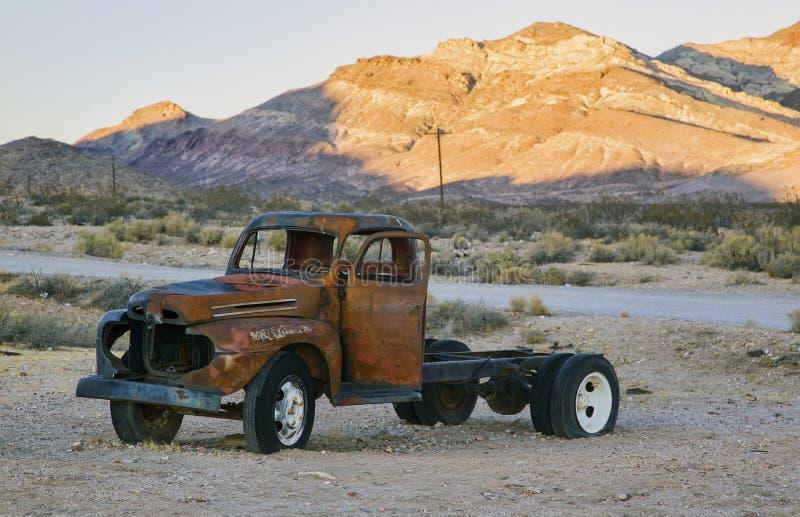 Vecchio camion arrugginito abbandonato immagini stock libere da diritti