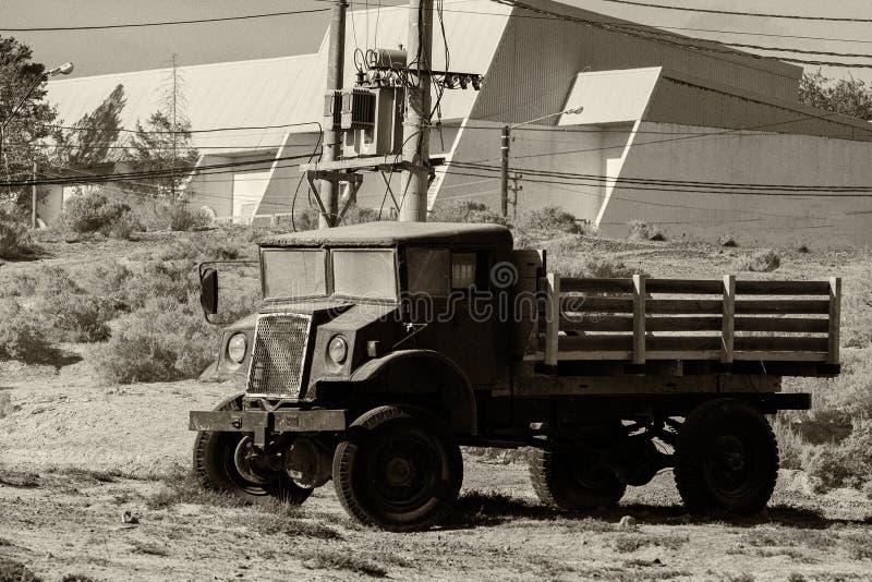 Vecchio camion arrugginito abbandonato nel b&w immagini stock libere da diritti