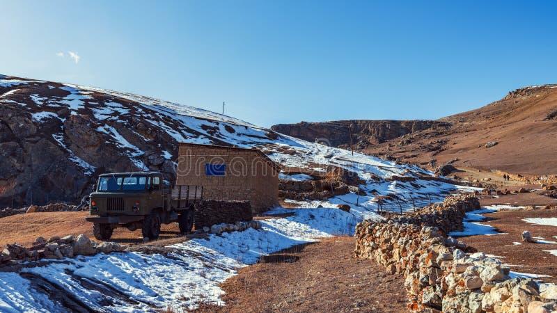 Vecchio camion arrugginito abbandonato nell'iarda Villaggio di Gryz nell'Azerbaigian fotografia stock