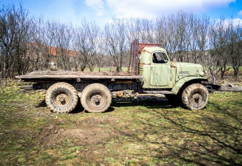 Vecchio camion arrugginito abbandonato in paesino di montagna serbo immagine stock