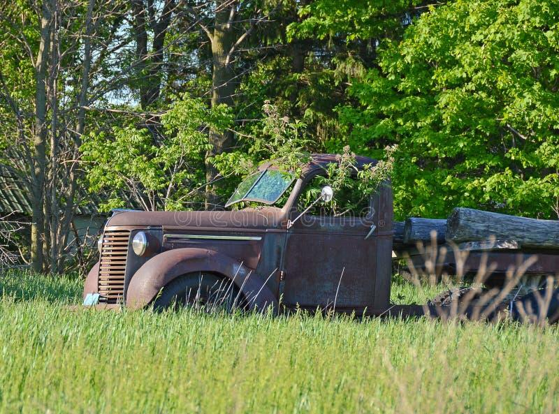 Download Vecchio Camion Arrugginito Con L'albero Fotografia Stock - Immagine di arrugginito, paese: 55357036