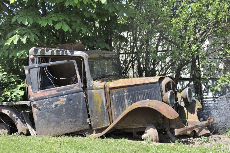 Vecchio camion d'annata abbandonato in Francia fotografia stock libera da diritti