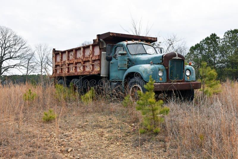 Vecchio camion d'annata arrugginito fotografia stock libera da diritti