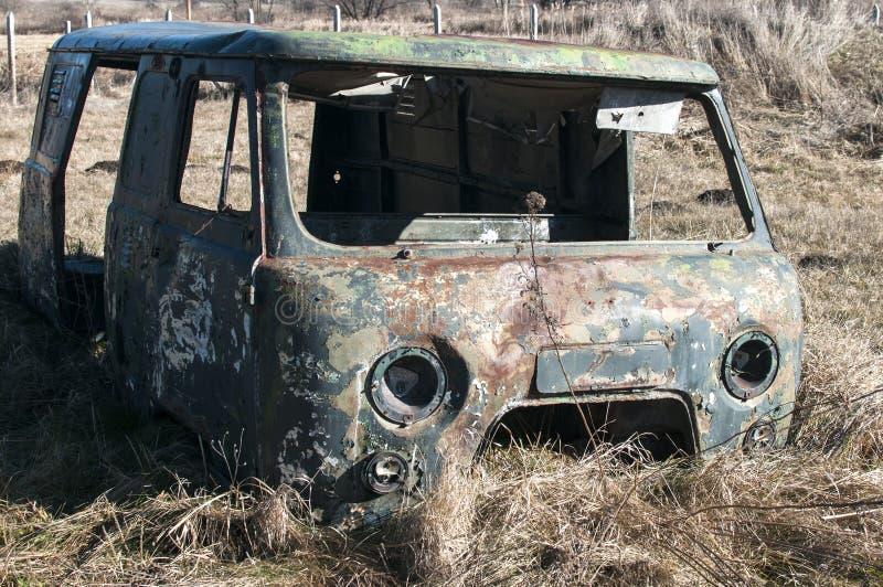 Vecchio camion d'annata tagliato sporco abbandonato immagini stock