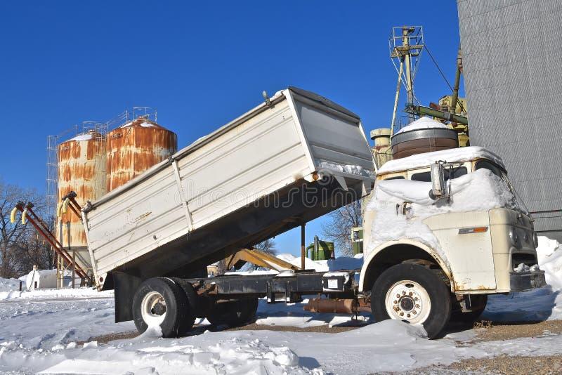 Vecchio camion del grano di Ford parcheggiato da un elevatore fotografia stock libera da diritti