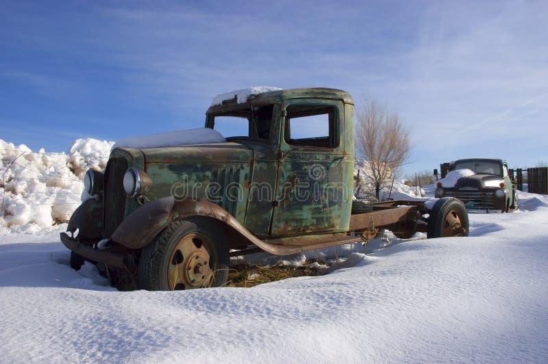 Vecchio camion dell'annata dal ranch di bestiame, neve di inverno immagine stock libera da diritti