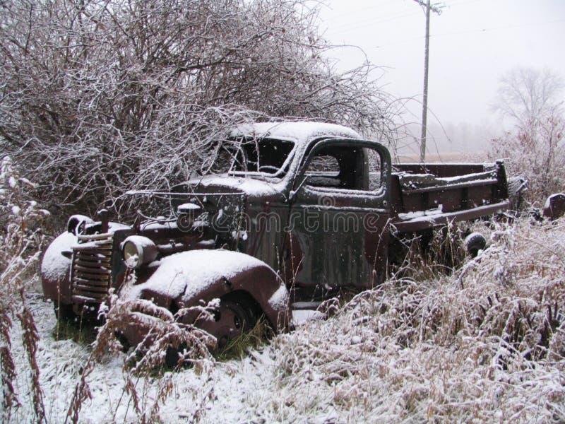 Vecchio camion dello Snowy immagini stock libere da diritti