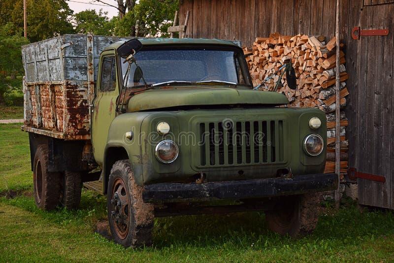 Vecchio camion in vecchia azienda agricola fotografia stock