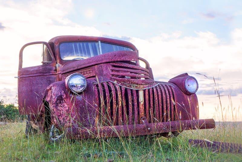 Vecchio camioncino arrugginito di Chevy immagine stock libera da diritti
