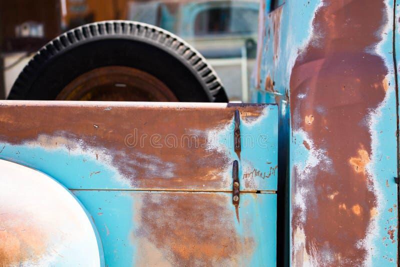 Vecchio camioncino scoperto immagini stock