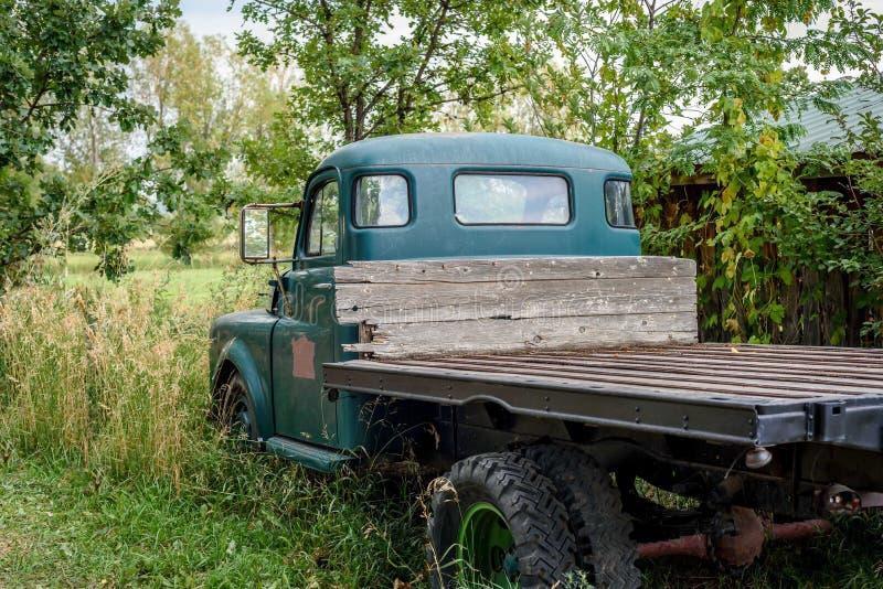 Vecchio camioncino scoperto nel campo fotografia stock libera da diritti